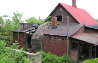 камень врезался в дом в США