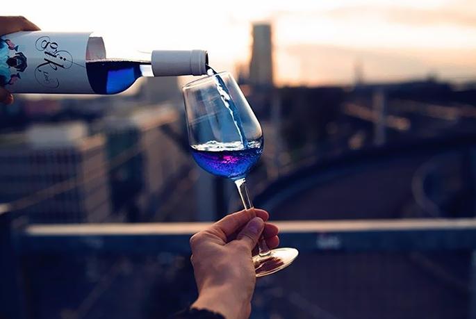 новое синее вино в бокале