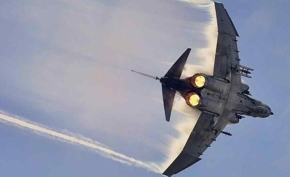 поворот самолета в воздухе