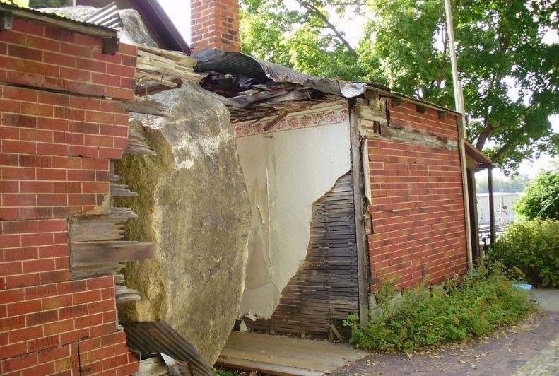 скала врезалась в дом