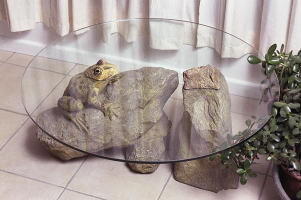 необычны стол с лягушкой