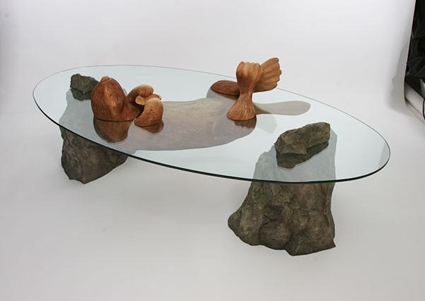 необычный стол с бобром