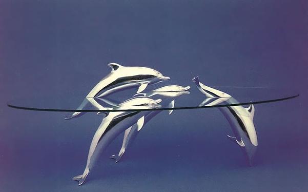 необычный стол с дельфинами