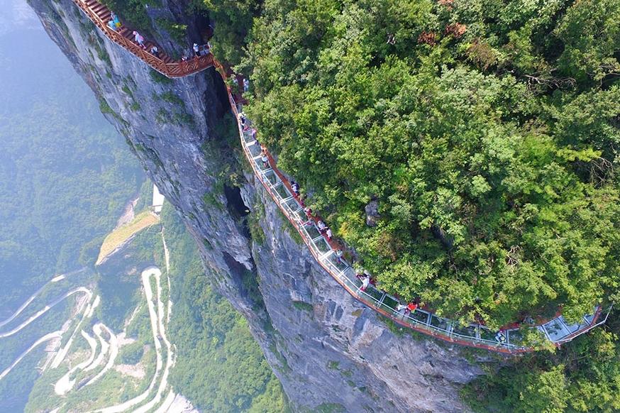 прозрачная дорожка вокруг скалы в Китае