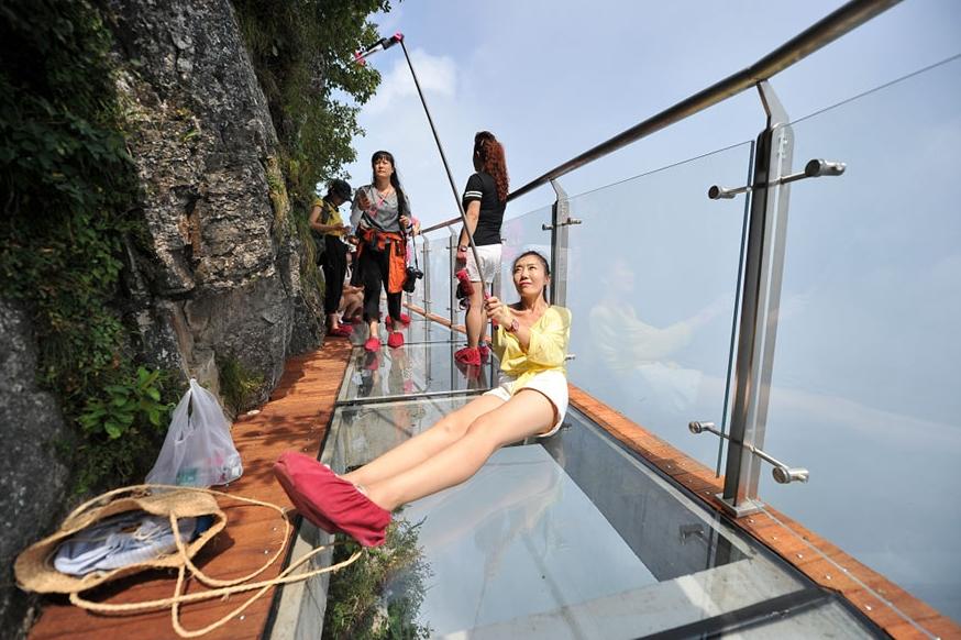 селфи на стеклянном мосту