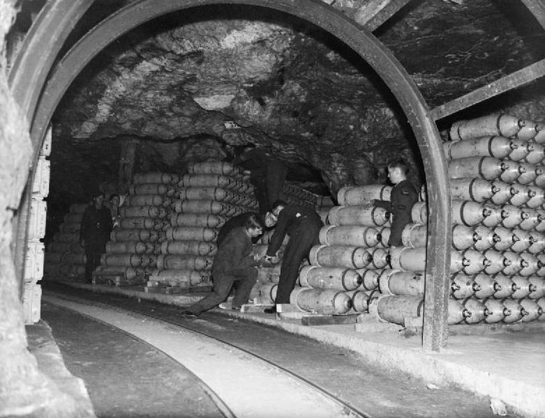 подземный склад ВВС Англии в 1944