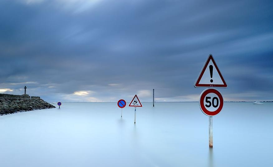 дорога во Франции затапливается во время прилива