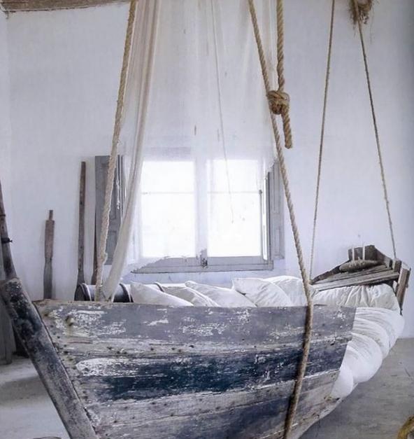 необычная кровать из старой лодки