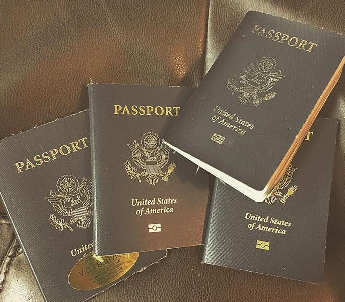 Фото четырех американских паспортов
