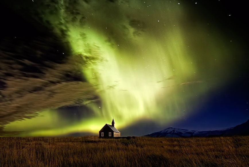 Северное сияние над домом, Исландия