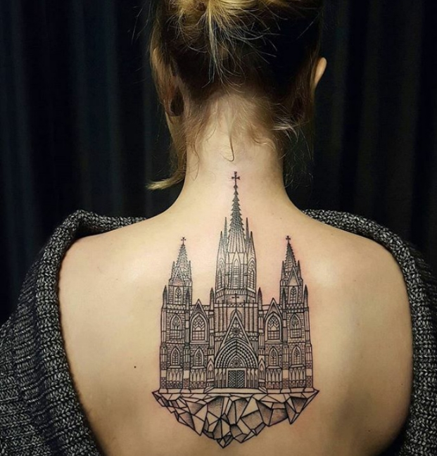 татуировка замка на спине