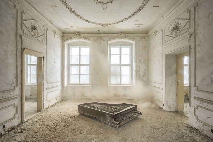 фото брошенного пианино