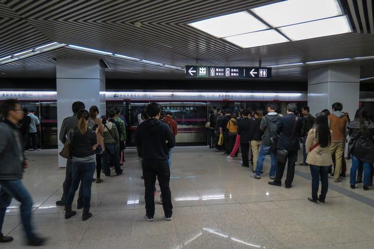 очередь в метро в Японии