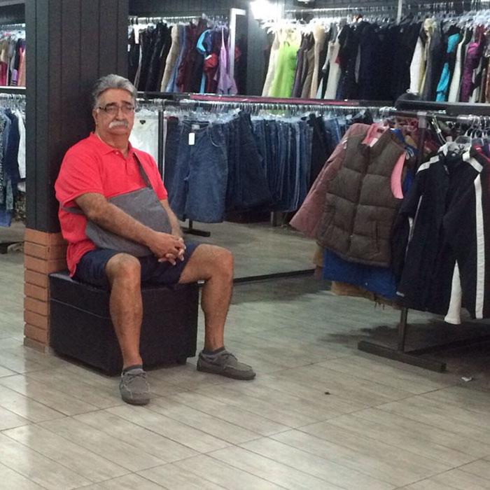 мужик ждет жену в магазине