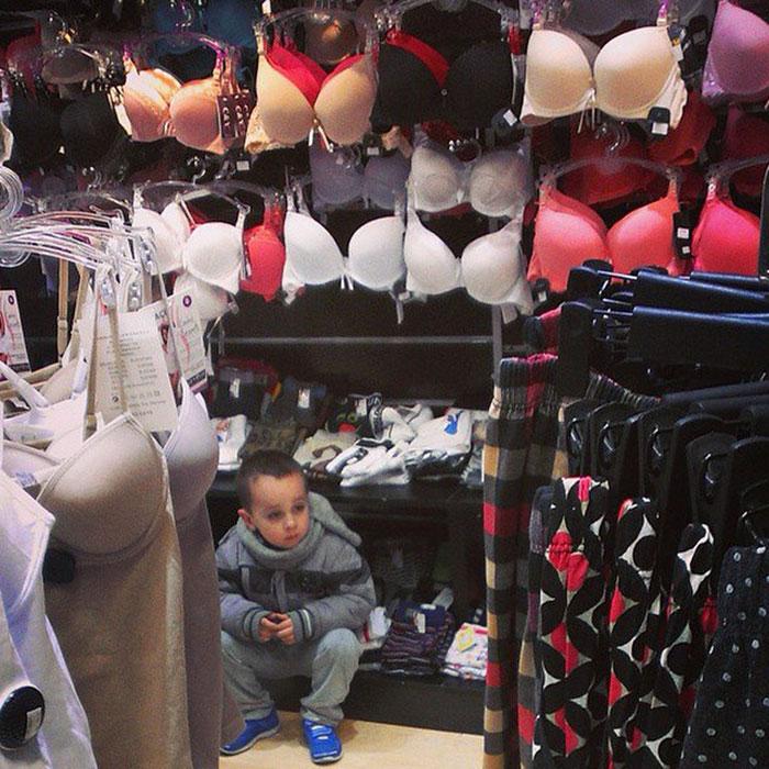 сын ждет мать в магазине