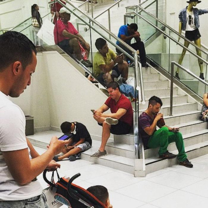 парни ждут жен на распродаже