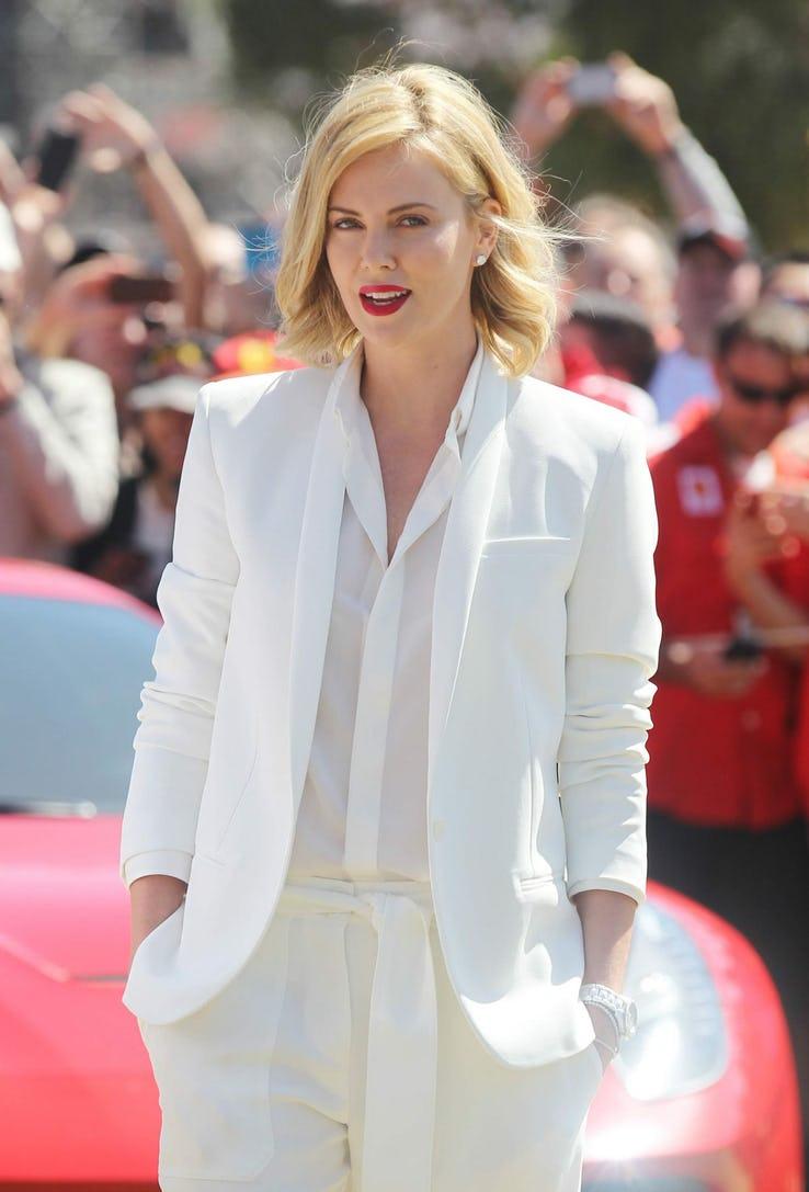терон в белом костюме