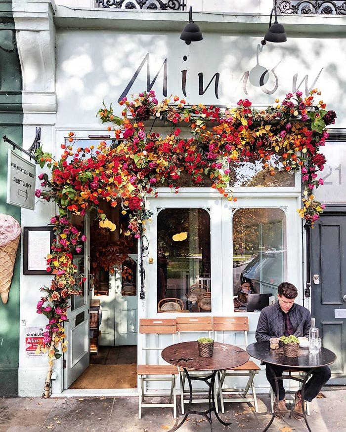 оформление входа в кафе Лондон