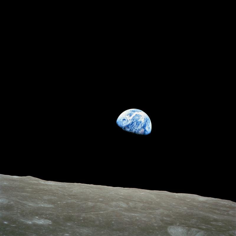 цветное фото Земли над Луной