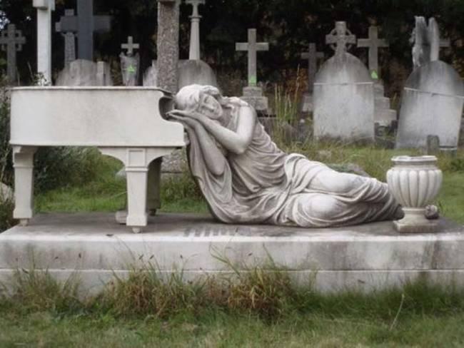 необычное надгробие с роялем