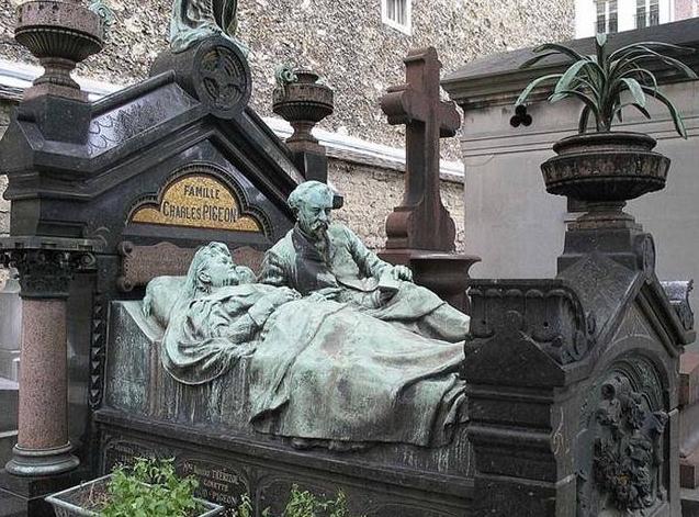 необычное надгробие в париже