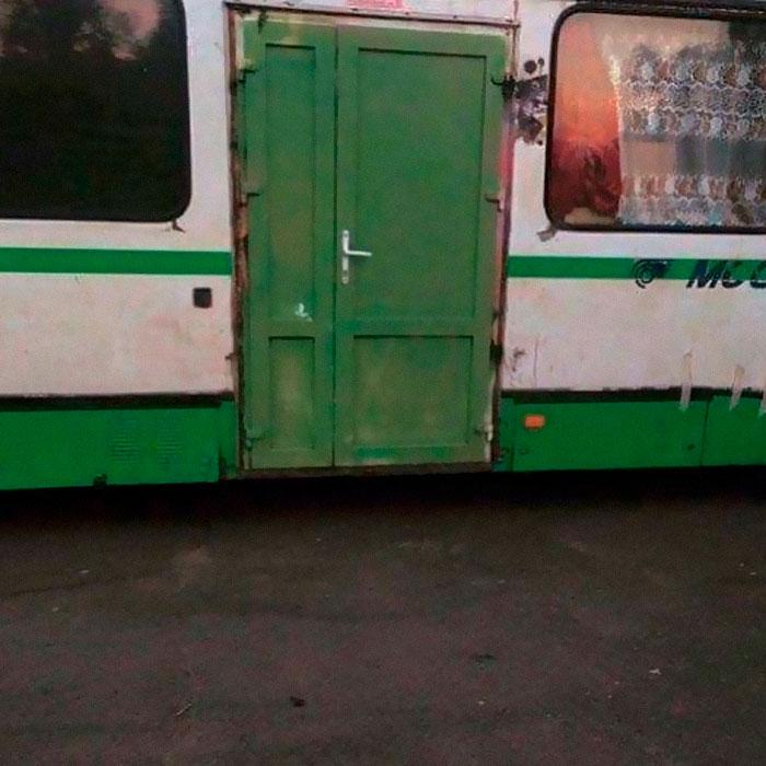 необычная дверь в троллейбусе
