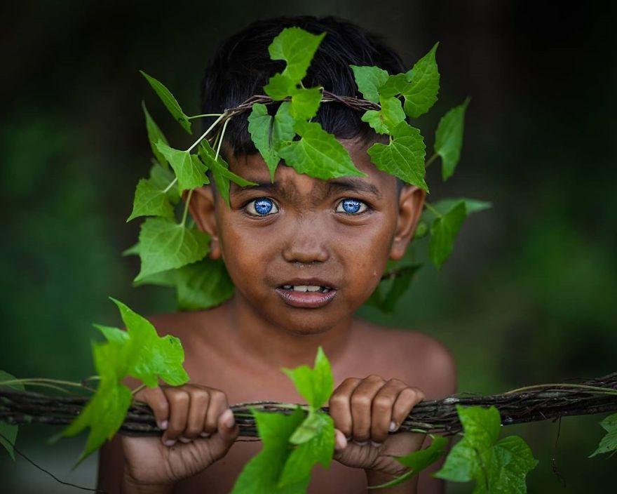 ребенок с синими глазами