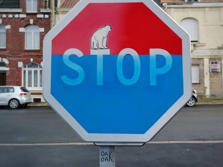 стрит-арт на знаке