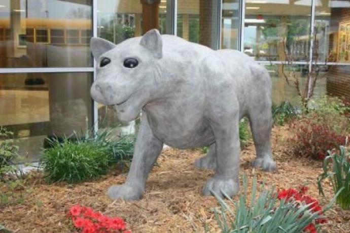странная статуя кошки